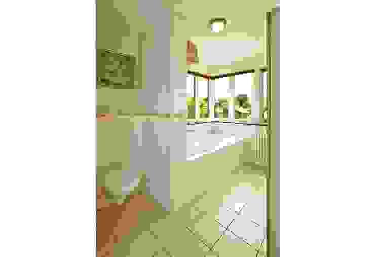 Nowoczesna łazienka od Archivice Architektenburo Nowoczesny