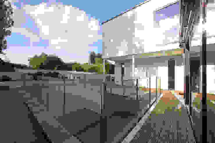 Radlett house Balcones y terrazas modernos: Ideas, imágenes y decoración de Tye Architects Moderno