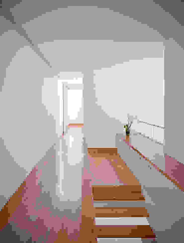 Casa em Moreira Corredores, halls e escadas minimalistas por Phyd Arquitectura Minimalista