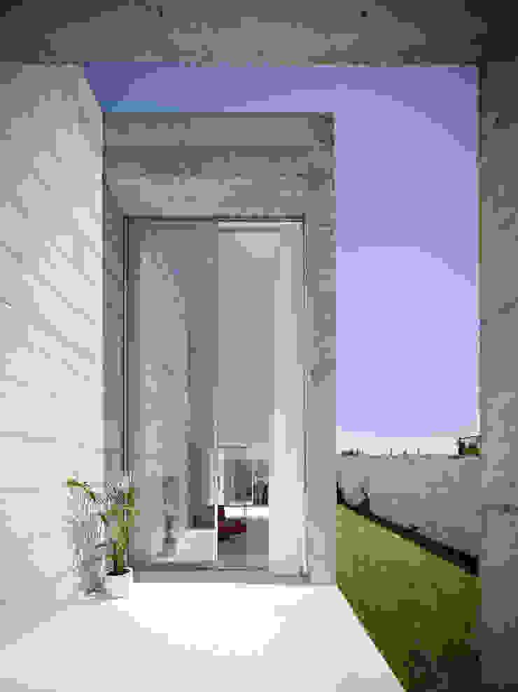 Casa em Moreira Janelas e portas minimalistas por Phyd Arquitectura Minimalista