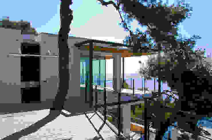 L'ingresso principale dall'alto. Case in stile minimalista di Studio 4 Minimalista
