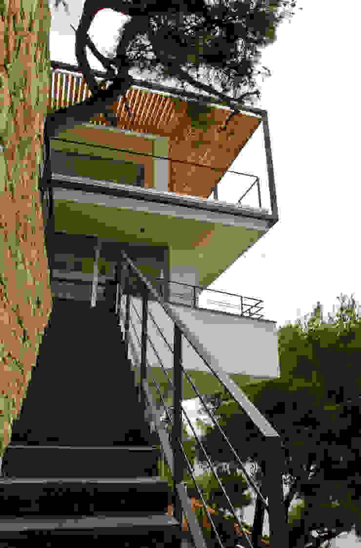 La scala di accesso dal basso. Case in stile minimalista di Studio 4 Minimalista