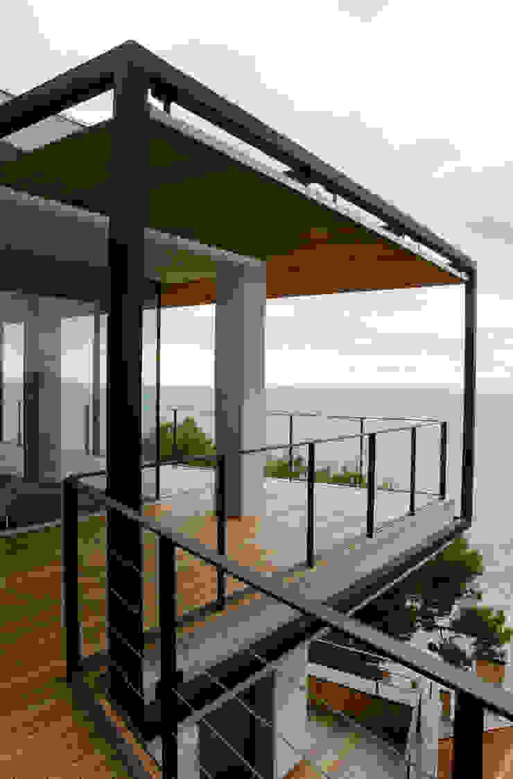 Lo spigolo della penthouse al piano alto. Case in stile minimalista di Studio 4 Minimalista