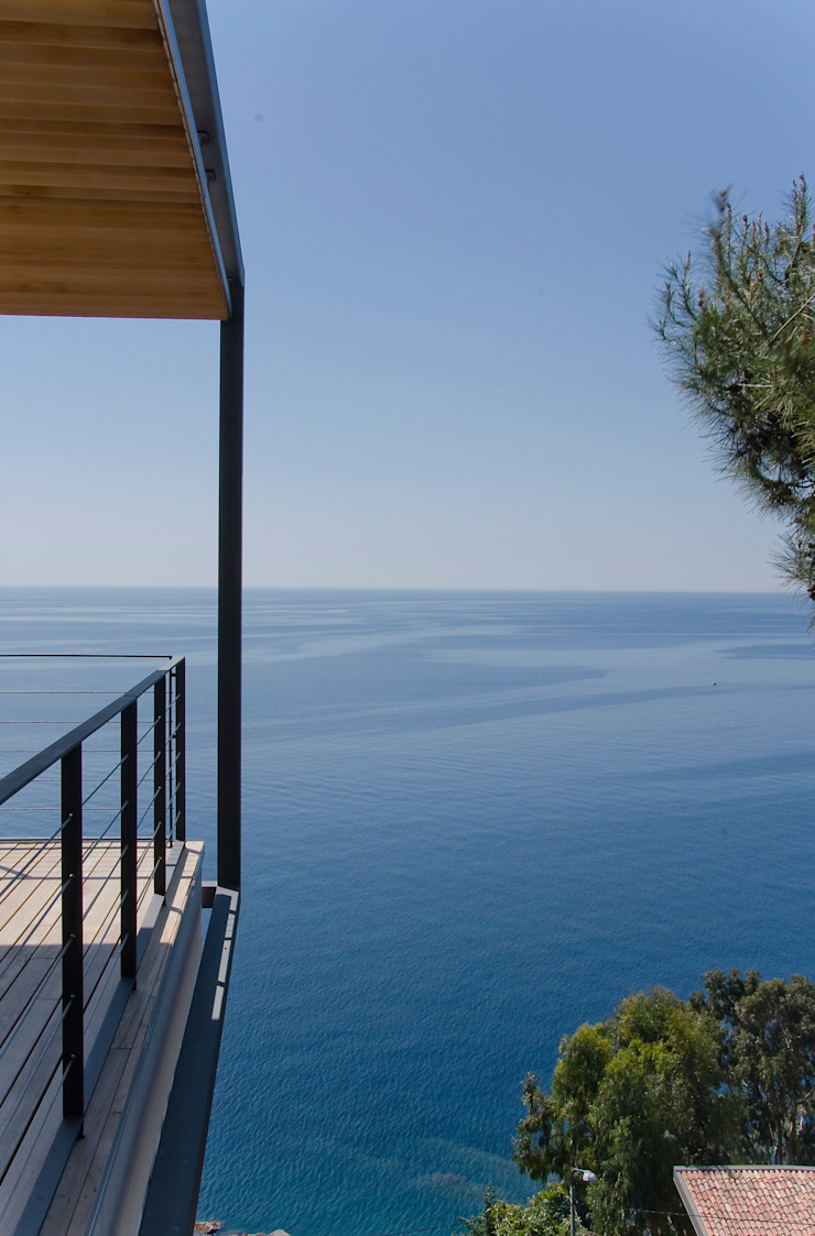 Uno scorcio iconico del pergolato a sbalzo sul mare. Case in stile mediterraneo di Studio 4 Mediterraneo