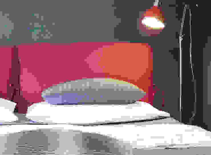 Dettaglio letto e parete nera con paillettes di FOSCA de LUCA Home Stager & Redesigner