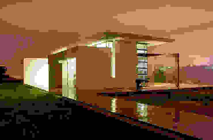 L'edificio visto dall'accesso del terreno di pertinenza. Case moderne di Studio 4 Moderno