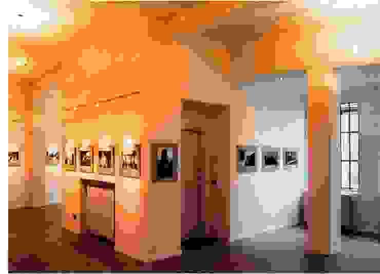 RISTRUTTURAZIONE GALLERIA FOTOGRAFICA Pareti & Pavimenti in stile moderno di BORGHI ARCHITECT& PARTNERS Moderno