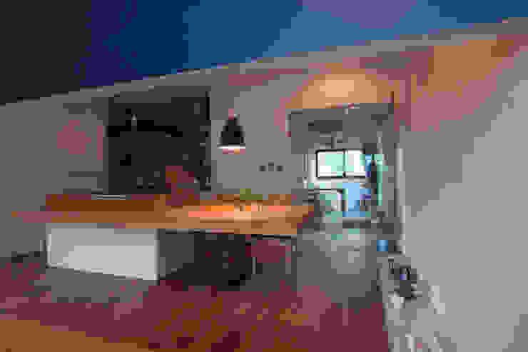 Столовая комната в стиле модерн от 一級建築士事務所ageha. Модерн