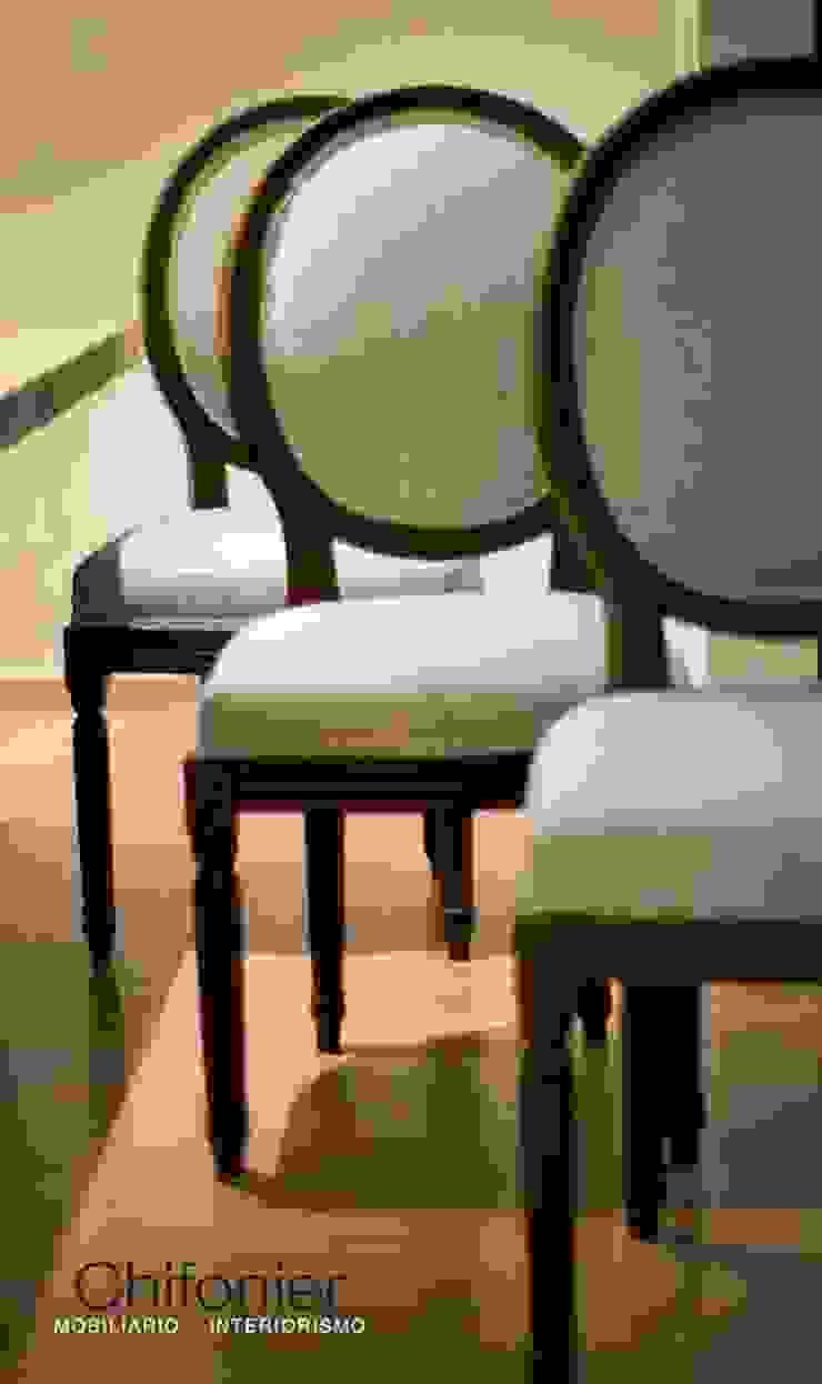 Sillas de madera tallada en color tabaco de Chiffonnier Clásico