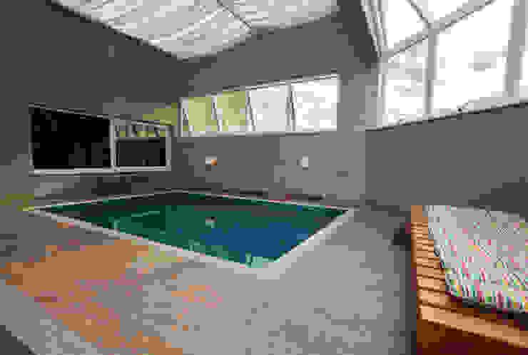 Piscina coberta Varandas, alpendres e terraços modernos por Luine Ardigó Arquitetura Moderno