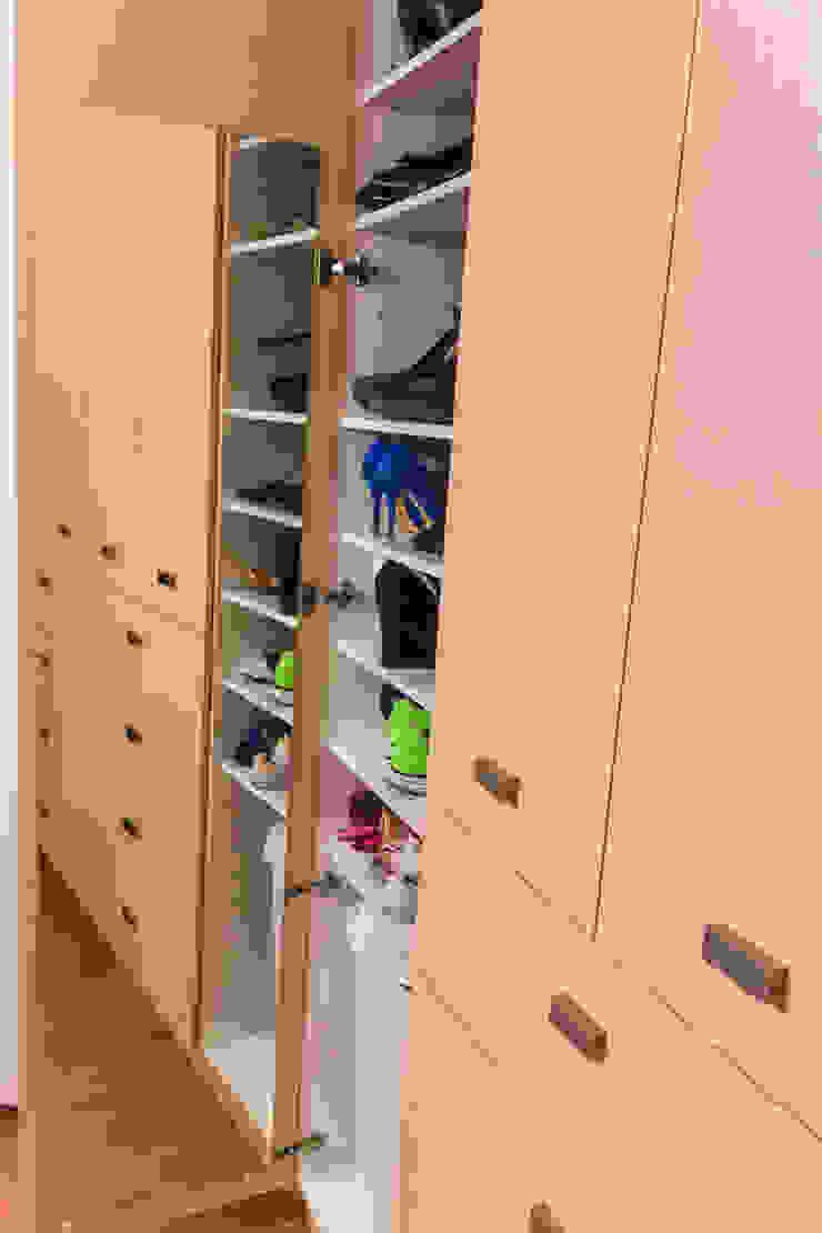 Los closets Vestidores modernos de Mikkael Kreis Architects Moderno