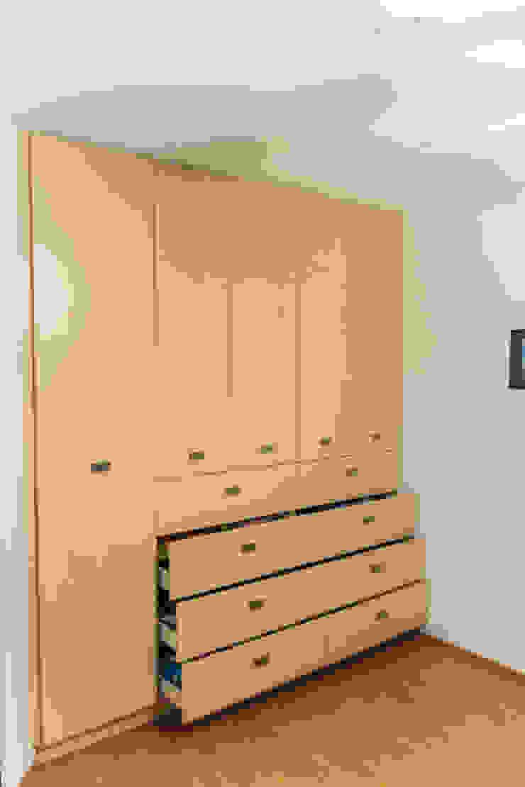 Los closets 3 Vestidores modernos de Mikkael Kreis Architects Moderno