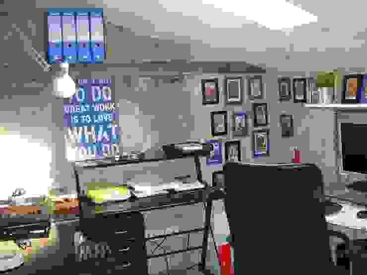 angolo scrivania Studio in stile industriale di A2architetti Industrial