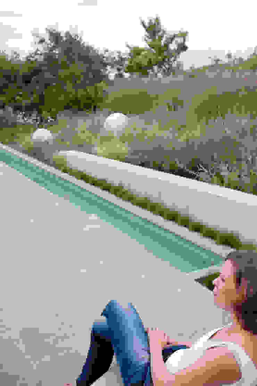 contrast tussen weelderige natuurlijke planten en strakke minimalistische architectuur Moderne tuinen van Andrew van Egmond (ontwerp van tuin en landschap) Modern