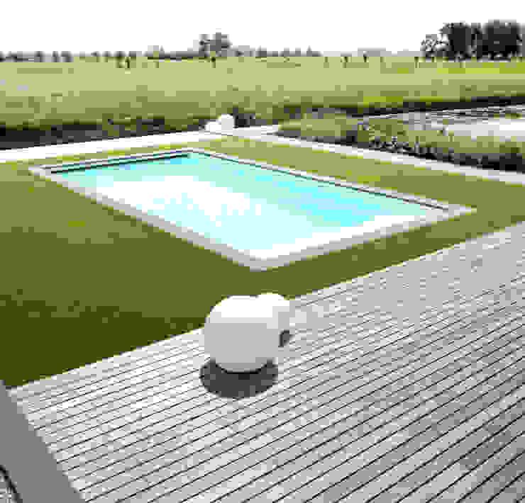 Grote vlakken en lange lijnen sluiten maken koppeling met polderlandschap Minimalistische tuinen van homify Minimalistisch
