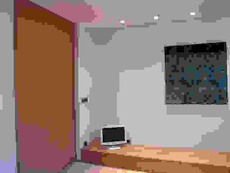 Camera 1 Camera da letto minimalista di VZSTUDIO architettura Minimalista