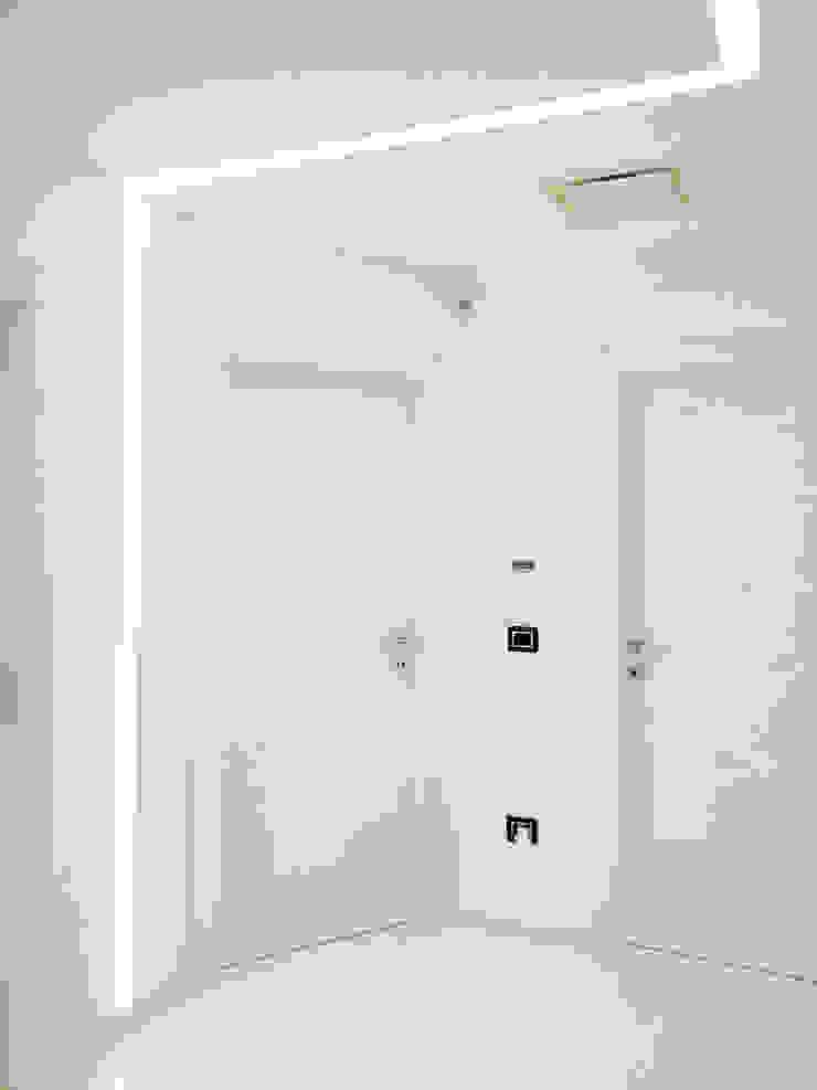 Deca House Ingresso, Corridoio & Scale in stile minimalista di ATRE HOME Minimalista