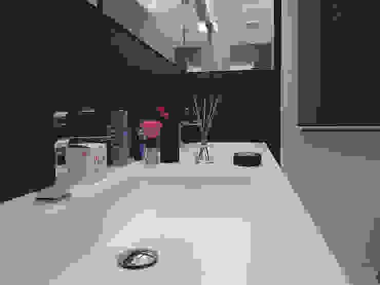 Deca House Bagno minimalista di ATRE HOME Minimalista