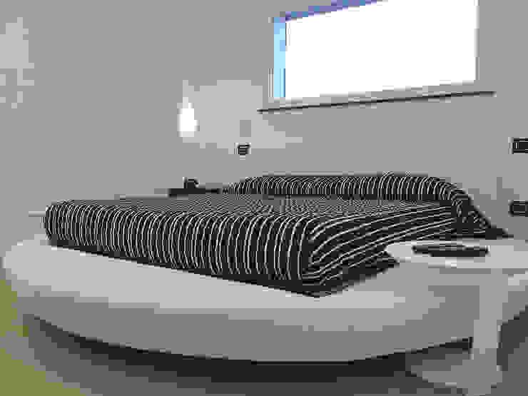Deca House Camera da letto minimalista di ATRE HOME Minimalista