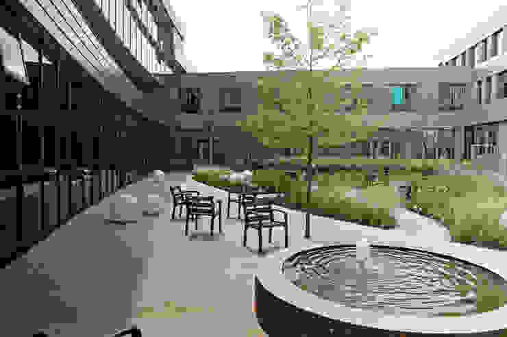 Modern clinics by Andrew van Egmond (ontwerp van tuin en landschap) Modern