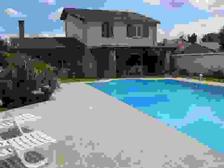 Plage de piscine en pierre de Bourgogne Lanvignes doré-clair par Ateliers Pierre de Bourgogne Éclectique