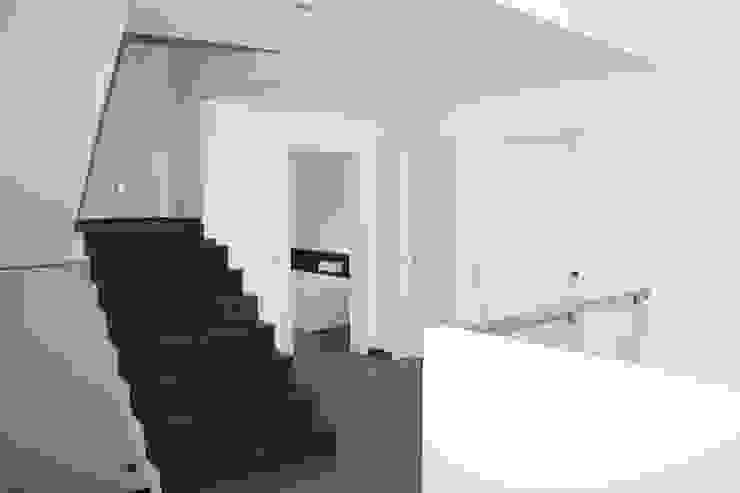 Galerie/Flur Moderner Flur, Diele & Treppenhaus von z-plus-architektur Modern
