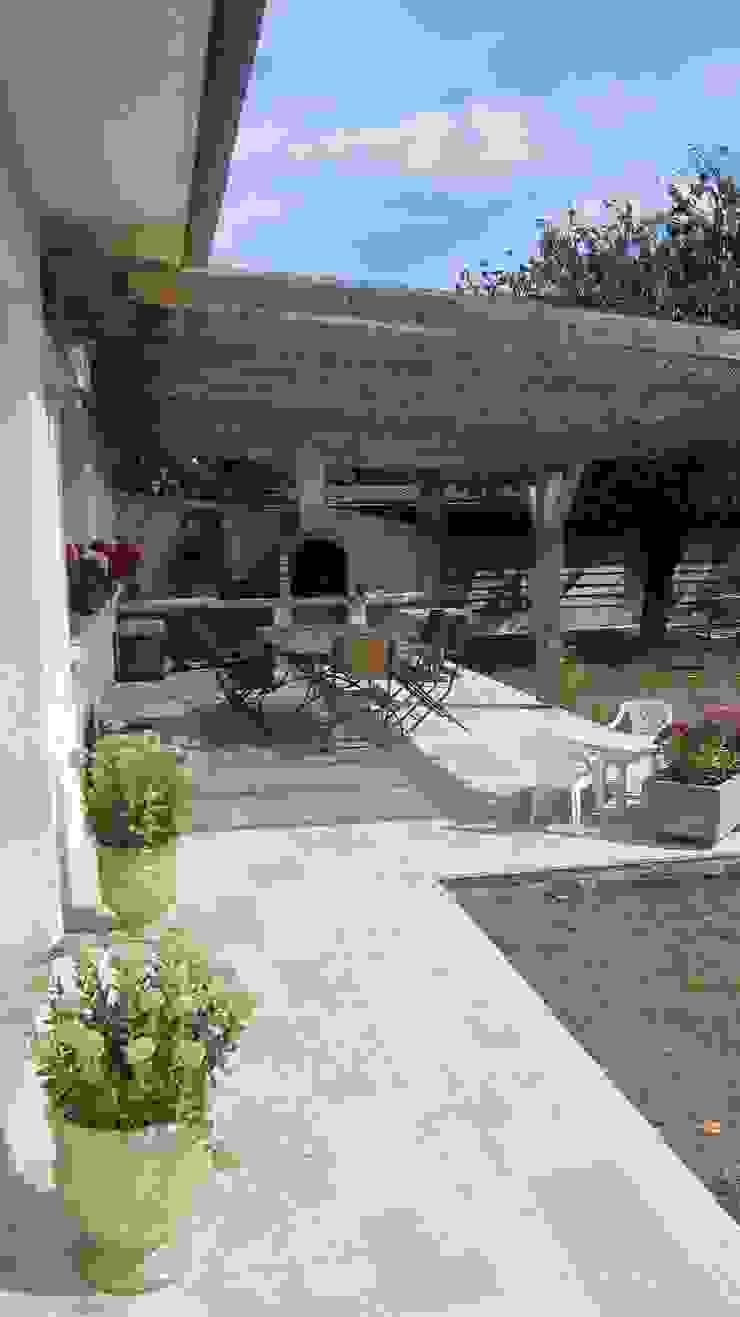 Terrasse ombragée en pierre naturelle de Bourgogne par Ateliers Pierre de Bourgogne Éclectique