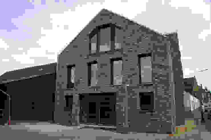 Hoffassade Moderne Häuser von z-plus-architektur Modern
