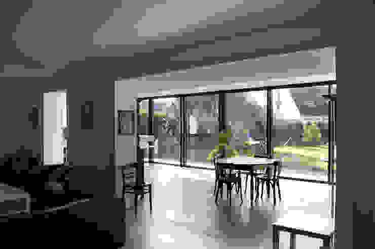 ENGAWA Extension en milieu pavillonnaire Salle à manger minimaliste par ONZIEME ETAGE SARL d'architecture Minimaliste