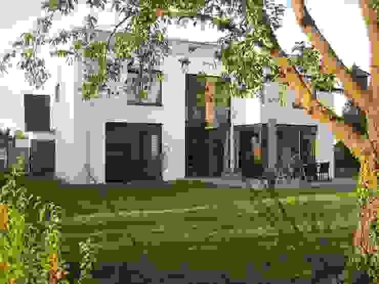 Gartenansicht Moderne Häuser von z-plus-architektur Modern