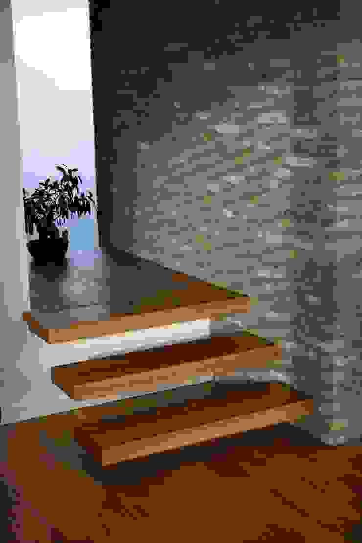 Treppendetail Moderner Flur, Diele & Treppenhaus von z-plus-architektur Modern