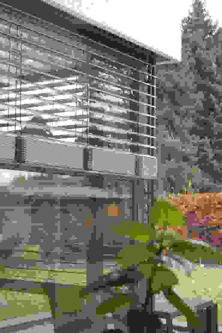 Raffstoreanlage Moderne Fenster & Türen von z-plus-architektur Modern