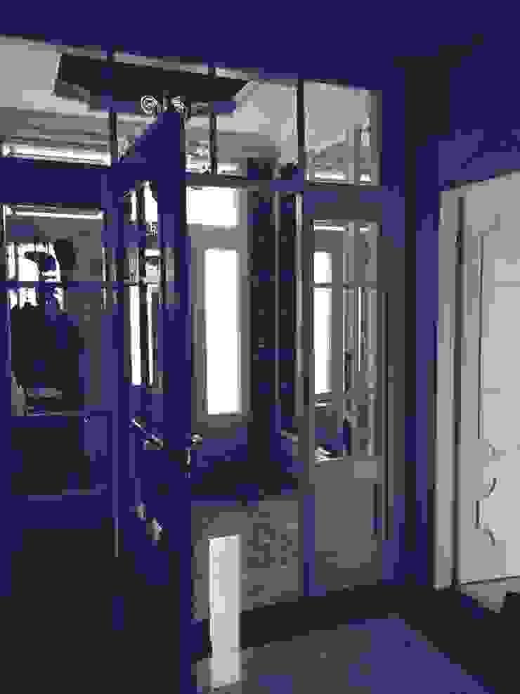 Dom w Dziekanowie Leśnym powierzchnia 450 m2 Klasyczny korytarz, przedpokój i schody od livinghome wnętrza Katarzyna Sybilska Klasyczny