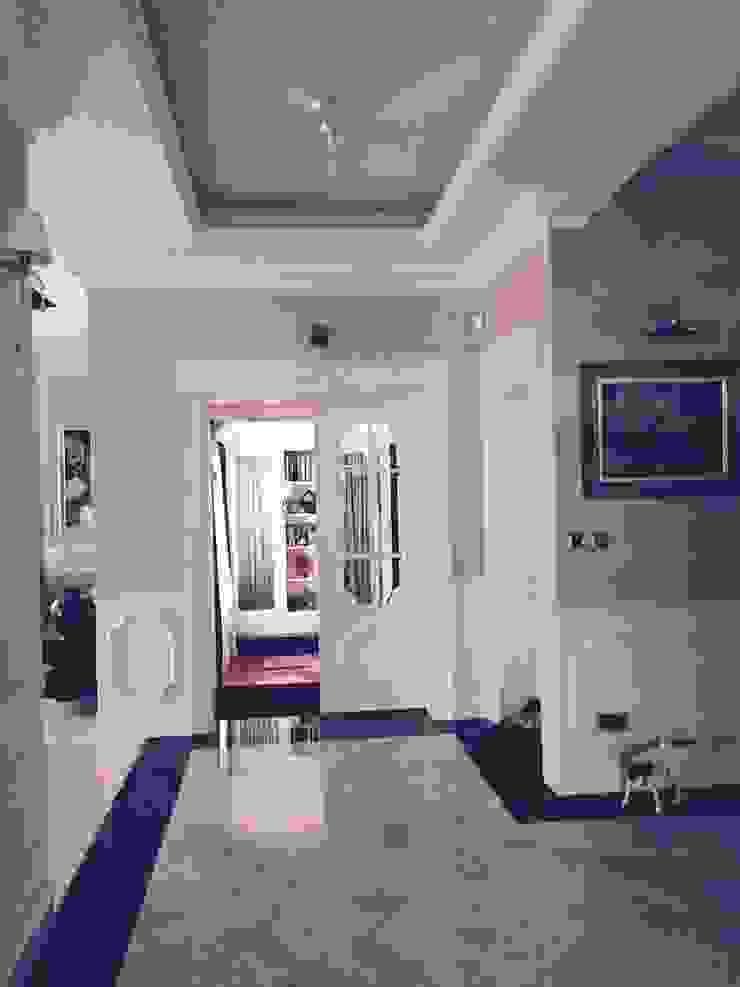 drzwi prowdzące do bawialni Klasyczny korytarz, przedpokój i schody od livinghome wnętrza Katarzyna Sybilska Klasyczny
