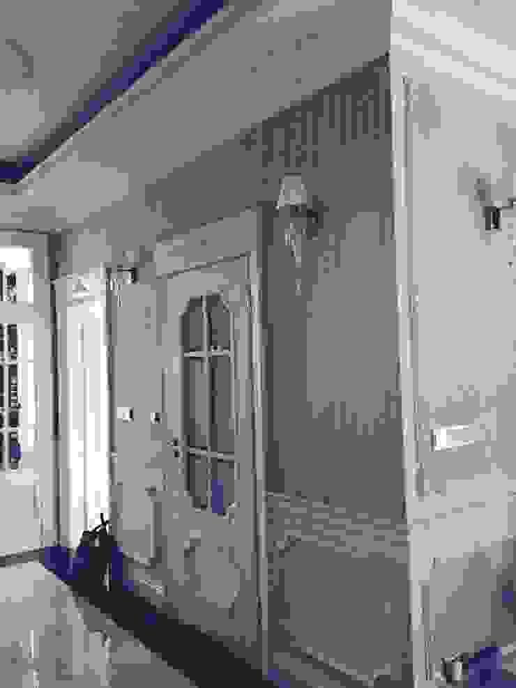 w całym domu ściany zostały wyłożone okładzinami jedwabnymi Klasyczny korytarz, przedpokój i schody od livinghome wnętrza Katarzyna Sybilska Klasyczny