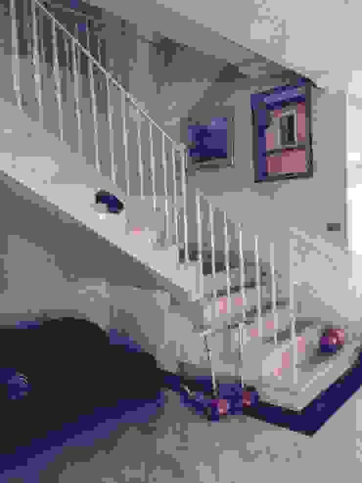 Dom 450 m 2 Dziekanów leśny Klasyczny korytarz, przedpokój i schody od livinghome wnętrza Katarzyna Sybilska Klasyczny