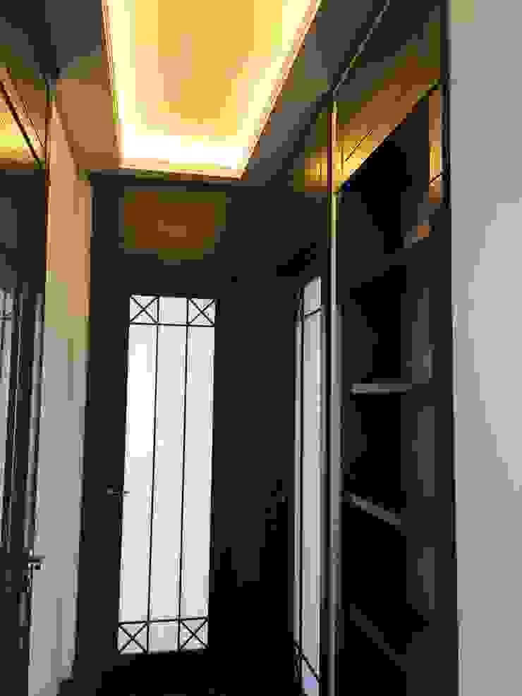 pomysł na mocno rozbudowane zwięczenia drzwi wewnętrznych ;-)) Eklektyczny korytarz, przedpokój i schody od livinghome wnętrza Katarzyna Sybilska Eklektyczny