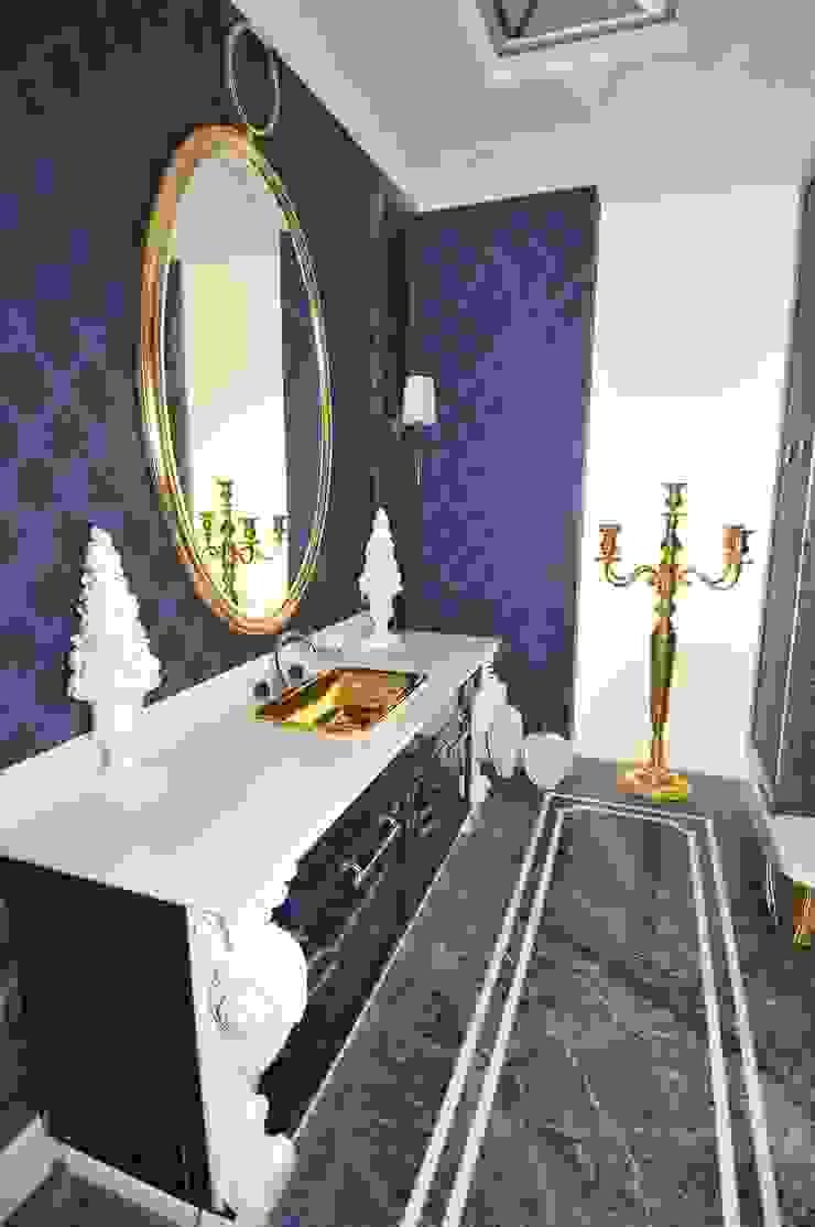 łazienka dla gości pasująca do ich granatowej sypialni ;-) od livinghome wnętrza Katarzyna Sybilska Eklektyczny