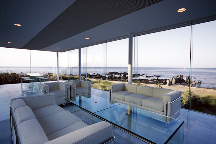 ガラス建築: 近藤博史建築設計事務所が手掛けたリビングです。,モダン