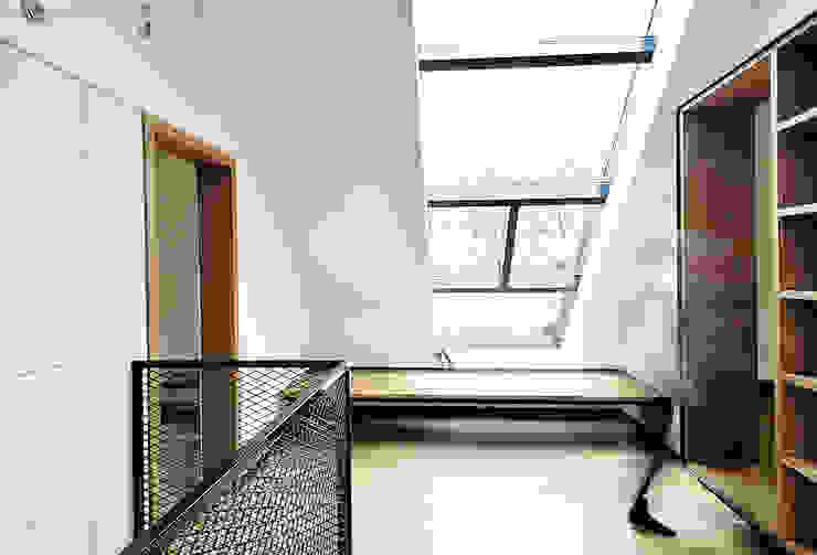 Corredores, halls e escadas industriais por Konrad Muraszkiewicz Pracownia Architektoniczna Industrial