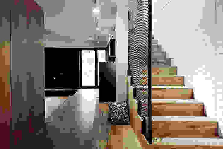 Pasillos, vestíbulos y escaleras industriales de Konrad Muraszkiewicz Pracownia Architektoniczna Industrial