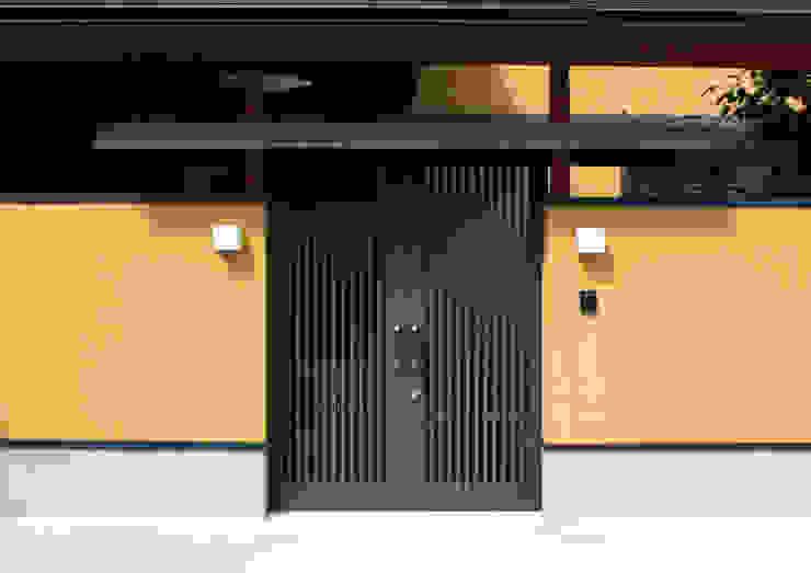 数寄屋門: 杉山真設計事務所が手掛けた家です。,クラシック