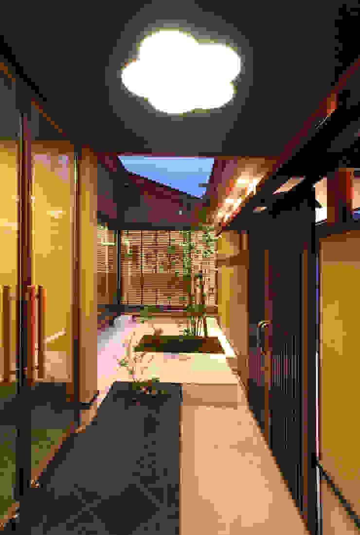 玄関前の空間から中庭を見る クラシカルな 庭 の 杉山真設計事務所 クラシック