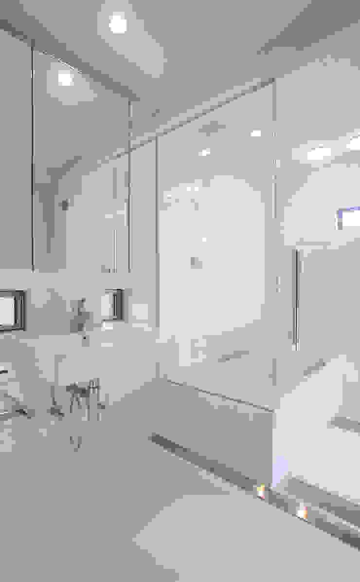 洗面所とお風呂 モダンスタイルの お風呂 の 杉山真設計事務所 モダン