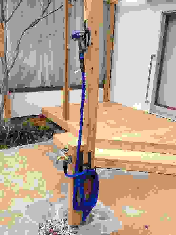 木製立水栓、アイアンのホースハンガー・シャワーホルダー: 株式会社アフロとモヒカンが手掛けた折衷的なです。,オリジナル