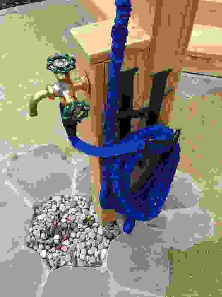 木製立水栓、アイアンのホースハンガー: 株式会社アフロとモヒカンが手掛けた折衷的なです。,オリジナル