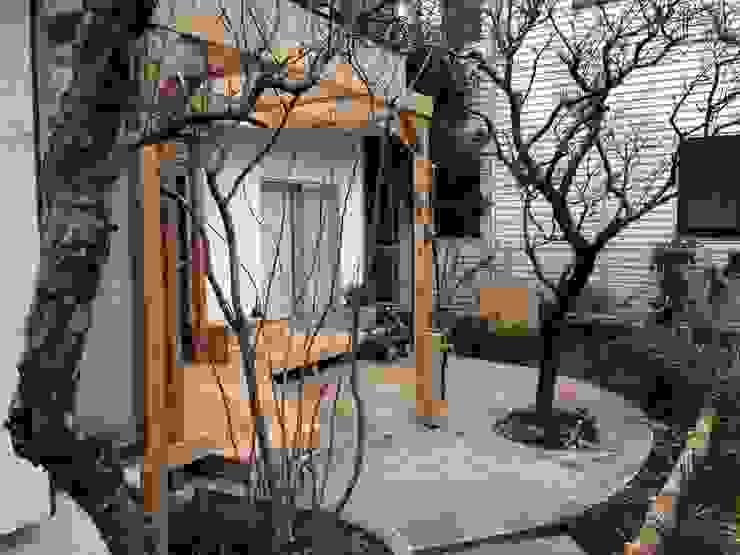 既存樹を活かしたテラスとデッキ オリジナルな 庭 の 株式会社アフロとモヒカン オリジナル