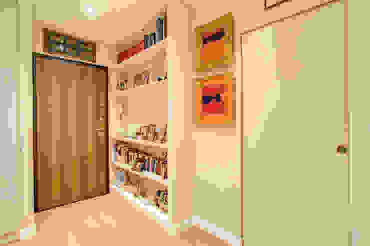 Коридор, прихожая и лестница в модерн стиле от MOB ARCHITECTS Модерн