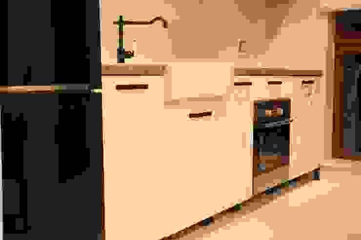 Kuchnia otwarta: styl , w kategorii  zaprojektowany przez Comfort & Style Interiors,Skandynawski
