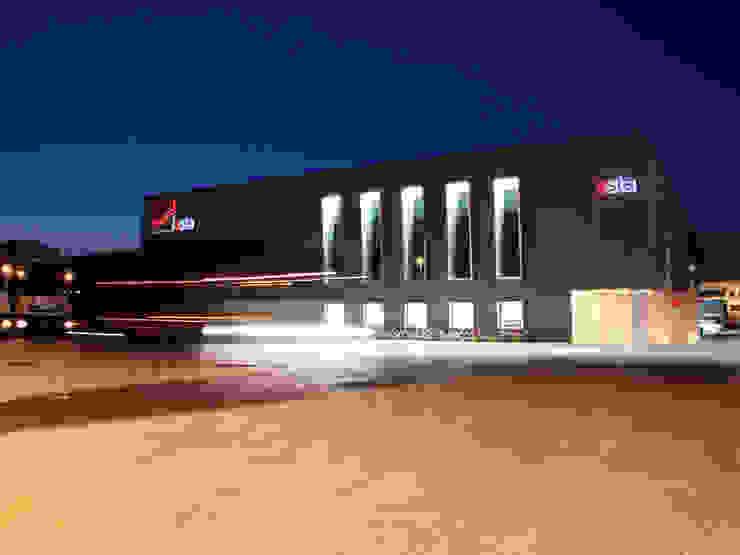 Edificio per Logistica e Trasporti Complesso d'uffici moderni di PoliedroStudio srl Moderno